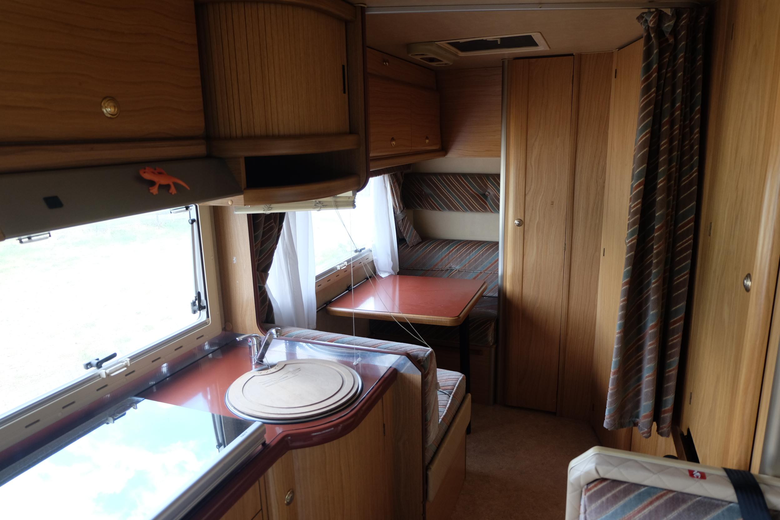 La cucina con la dinette piccola nei pensili sopra c 39 e - Pensili sopra letto ...
