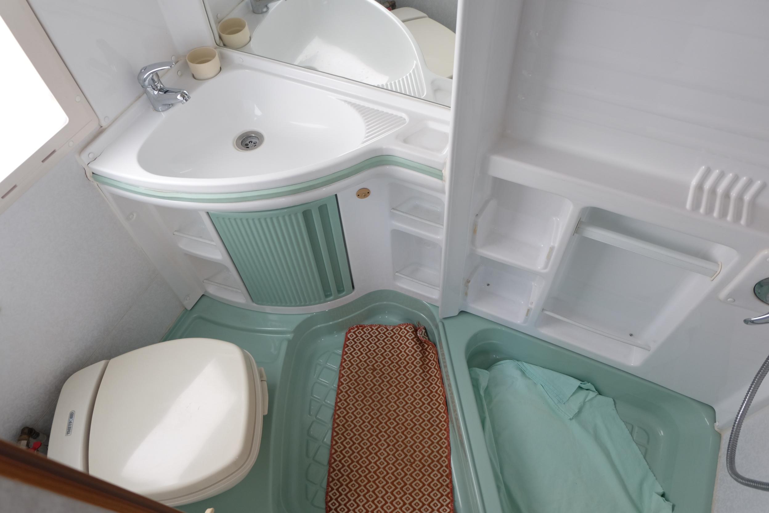 Il bagno e i due armadi del laika ecovip 3 visibile a pistoia da abc camper abc camper usati - Rifare il bagno del camper ...