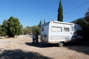 Il Laika ecovip 3 parcheggiato nell'area di sosta fuori dell'abitato di Sermoneta, nella foto: Francesco, Angelo e Franca