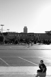Latina, Francesco seduto sui gradini di un edificio