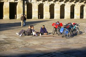 il meritato riposo nella piazza della cattedrale a Compostela