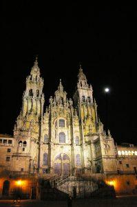 la cattedrale di Santiago de compostela di notte
