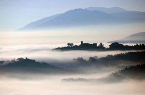 Vinacciano, paesaggio toscano nella nebbia