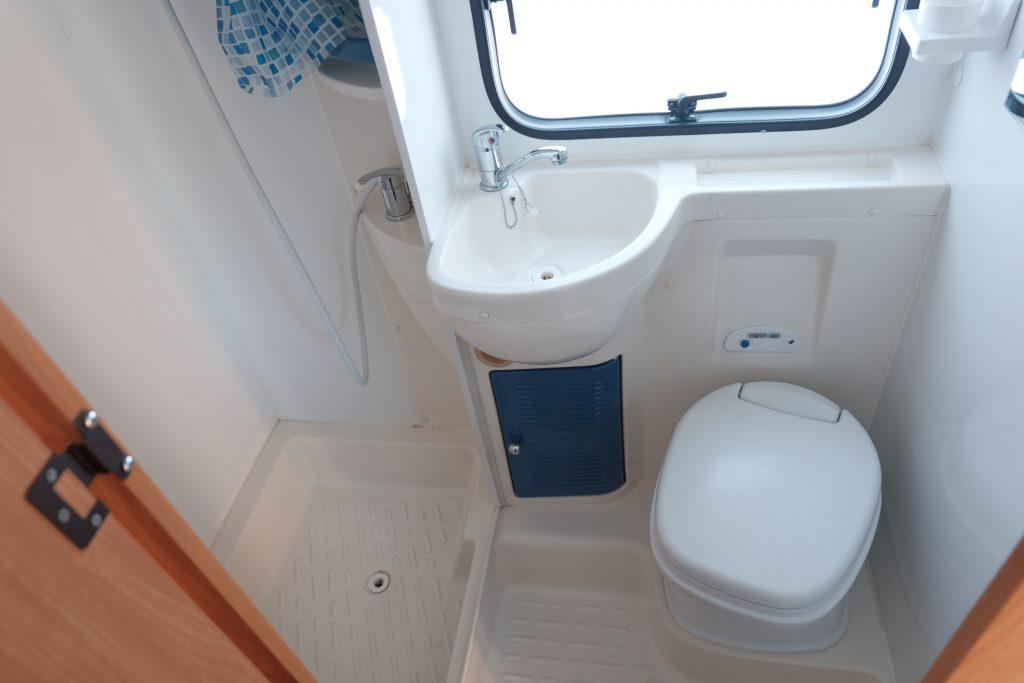 L'ampio vano doccia-wc del Katamarano 5