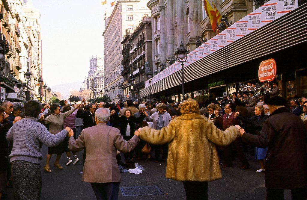 Barcellona: la gente balla la sardana in strada