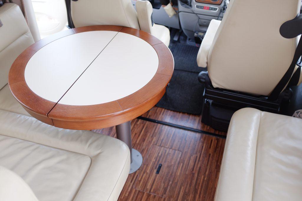 Tavolo Chiuso HymerTavolo chiuso: Questo tavolo e il suo supporto non sono gli originali previsti sulla B Klasse della Hymer, ma quelli della S Klasse, modello superiore, che il cliente richiese al momento dellordine del Motorhome Hymer