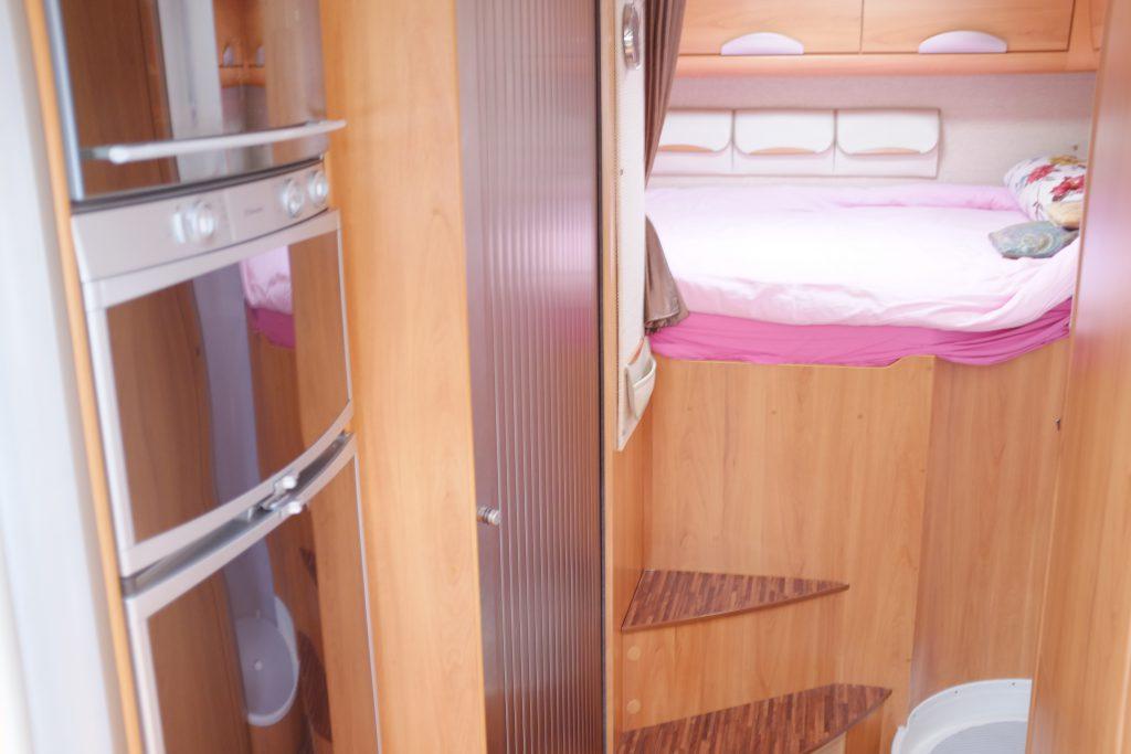 Una parte del Matrimoniale in coda al B Klasse 694 SL con in primo piano Forno e frigo doppio sportello.