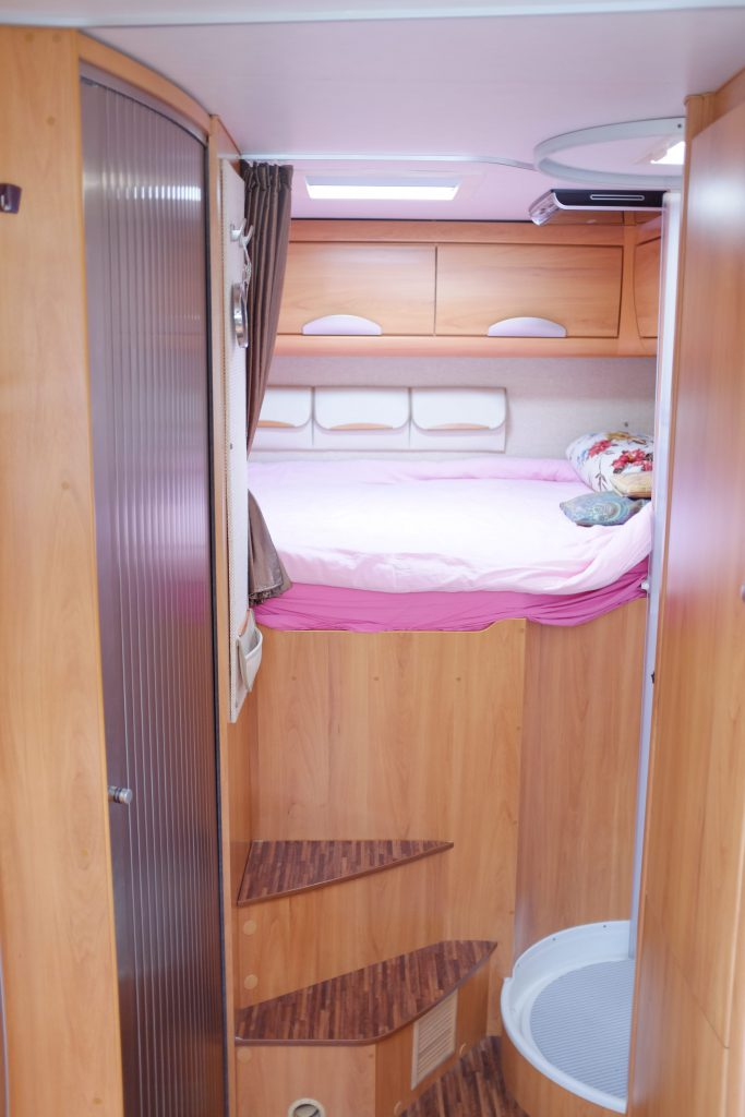 nella porta che si intravvede a sinistra è alloggiato il vano WC lavandino del B 694 SL, a destra la doccia, con cabina in plexiglas semitrasparente