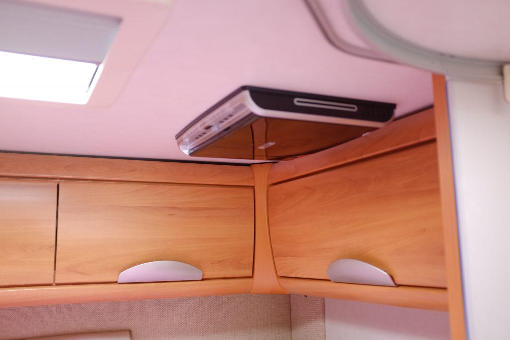 Pensili e tv ripiegata, sul soffitto dellHymer, zona letto matrimoniale posteriore