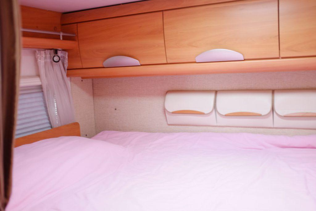 Il letto matrimoniale posteriore, il letto anteriore è basculante e si apre sopra la cabina guida, òasciando il tavolo libero per luso