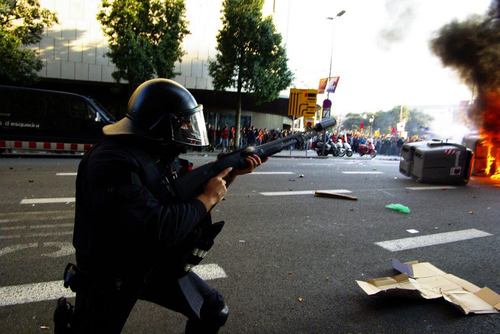 Proteste a Barcellona. Fotografare sia la polizia che i manifestanti